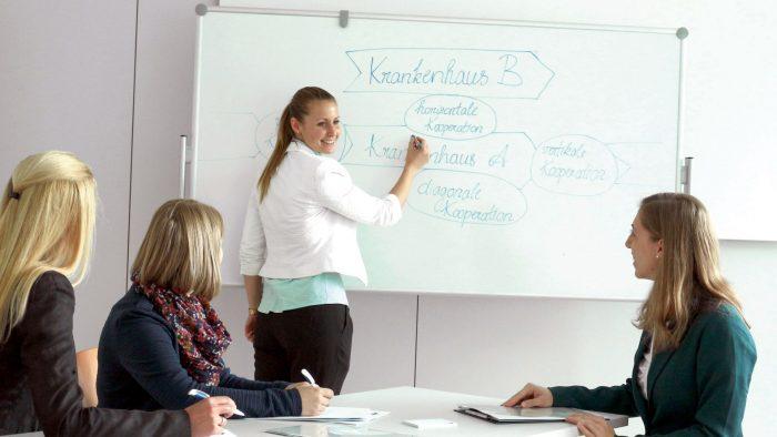 Premiere: Erste TÜV-Zertifizierung für Qualitätsmanagement im Gesundheitswesen für Studierende der FH Burgenland